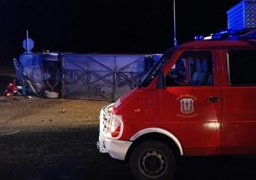 Wypadek autokaru na S3 koło Suchej Góry. Pojazd przewrócił się na bok i przygniótł ludzi