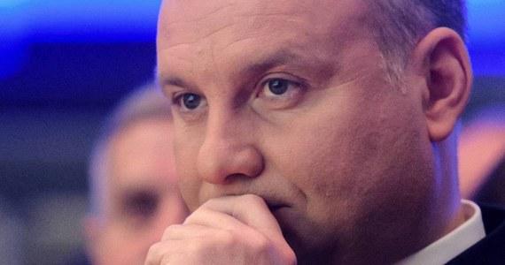 Andrzej Duda usunął z Twittera udostępniony przez siebie link do artykułu, którego autor krytykował m.in. instytucje unijne. Prezydent przeprosił też wszystkich, którzy poczuli się urażeni tym, że polecił tekst.