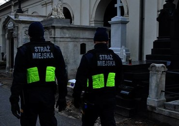 Interwencja RMF FM: Więcej patroli na warszawskich Powązkach. Cmentarz był okradany