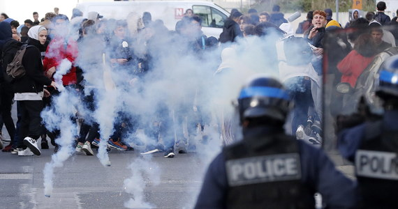 Burza we Francji. Gwałtowną publiczną debatę wywołały działania szturmowych oddziałów policji wobec licealistów protestujących w ostatnich dniach przeciwko reformie edukacji. W sieci pojawiły się nagrania wideo i zdjęcia, na których widać dziesiątki zatrzymanych uczniów klęczących w rzędach, z rękoma skutymi kajdankami bądź trzymanymi za głowami. Francuski rząd broni działań służb.