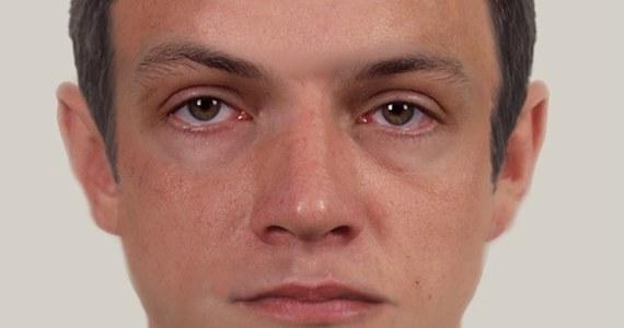 Policjanci z Komendy Wojewódzkiej w Rzeszowie prowadzą poszukiwania mężczyzny podejrzewanego o zabójstwo 77-letniego mieszkańca Krosna w 2009 roku. Opublikowali jego portret pamięciowy.