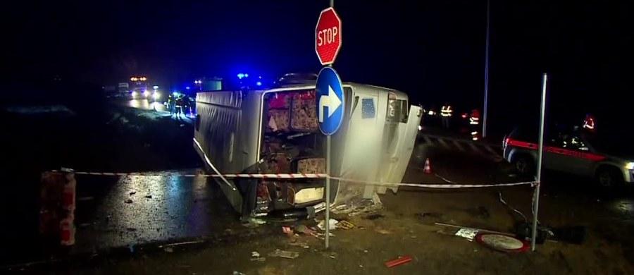 Zarzut nieumyślnego sprowadzenia katastrofy w ruchu lądowym usłyszał 69-letni kierowca autokaru, który w czwartek wieczorem przewrócił się przed wjazdem na rondo na S3 w okolicach Polkowic na Dolnym Śląsku. Zginęła pasażerka, a 25 osób zostało rannych - w tym kilka ciężko.