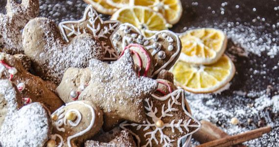 Pachną cynamonem, imbirem i goździkami, mają w sobie miodową, ale też lekko pikantną nutę. Idealne korzenne pierniki – by były gotowe do schrupania na święta, warto je przygotować już teraz.
