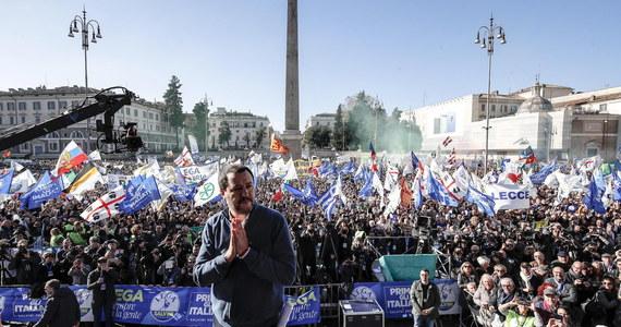 """Około 80 tys. osób uczestniczyło w wiecu współrządzącej Włochami prawicowej Ligi w sobotę w Rzymie - poinformowali organizatorzy. Jej przywódca, wicepremier i szef MSW Matteo Salvini mówił, że Europa musi się zmienić. """"Włochy już bardzo się zmieniają"""" - dodał."""