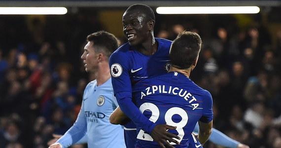 """Pierwszej porażki w obecnym sezonie Premier League doznali piłkarze Manchesteru City. Obrońcy tytułu w hicie 16. kolejki ulegli na wyjeździe Chelsea Londyn 0:2. Potknięcie """"The Citizens"""" wykorzystał Liverpool, który pokonał AFC Bournemouth 4:0 i został liderem."""