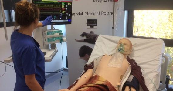 Nowoczesny budynek stoi pomiędzy akademikiem a centrum kongresowym Uniwersytetu Medycznego w Poznaniu. Po drugiej stronie ulicy jest też szpital, w którym praktykują studenci medycyny i początkujący lekarze. Właśnie po to, by przygotować ich do pracy i kontaktu z prawdziwymi pacjentami, powstało mieszczące się w nim Centrum Symulacji Medycznej Uniwersytetu Medycznego w Poznaniu, które odwiedzamy w ramach naszej akcji Twoje Niesamowite Miejsce w Faktach RMF FM. Jeszcze kilka miesięcy temu relacjonowaliśmy umieszczanie na jednym z jego pięter symulatora karetki pogotowia. Dziś odbywają się tu już regularne zajęcia dla studentów.