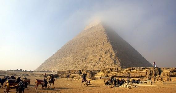 Duński fotograf rozzłościł Egipcjan po tym, jak razem z dziewczyną wspiął się na szczyt Piramidy Cheopsa w Gizie. Para robiła sobie rozebrane zdjęcia i prawdopodobnie uprawiali także seks na wyjątkowym zabytku. Władze domagają się zbadania sprawy i ewentualnego ukarania Duńczyka.