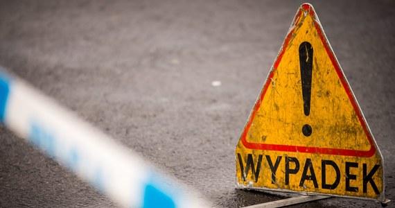 Śmiertelny wypadek pod mostem Poniatowskiego w Warszawie - informuje dziennikarz RMF FM Paweł Balinowski. Nie żyje kierowca osobowego forda, który uderzył w filar.