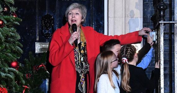 """Theresa May może pozostać na czele rządu, nawet jeśli parlament odrzuciłby we wtorkowym głosowaniu wynegocjowaną przez nią umowę o warunkach wystąpienia Wielkiej Brytanii z Unii Europejskiej - oświadczył minister ds. Brexitu Stephen Barclay. Z kolei Donald Tusk podkreślił, że czeka nas """"ważny tydzień dl Brexitu"""". Przewodniczący Rady Europejskiej poinformował też, że rozmawiał przez telefon z brytyjską premier Theresą May."""