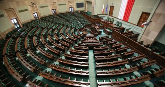 Polska polityka ma przed sobą intensywny tydzień – komisja śledcza ds. VAT przesłucha byłego ministra finansów, Sejm zbierze się na dwudniowym posiedzeniu, a rząd zajmie się podwyżkami rent i emerytur. Głośno komentowane będą też na pewno weekendowe konwencje Nowoczesnej, nowej partii Teraz! oraz piątkowe wystąpienie Jarosława Kaczyńskiego.