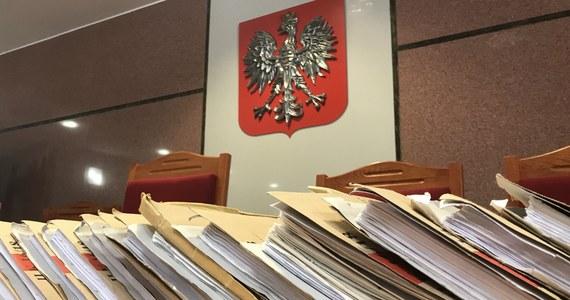 """""""Nikt nie wie, co się wydarzy. Słyszymy głosy, że pracownicy chcą zadbać o swoje zdrowie"""" - tak masowe przechodzenie pracowników administracji sądowej na zwolnienia lekarskie komentowała o poranku w rozmowie z RMF FM Justyna Przybylska, przewodnicząca Krajowego Niezależnego Związku Zawodowego """"Ad Rem"""". Sądowi urzędnicy domagają się wyższych wynagrodzeń, a ich nieoficjalna akcja protestacyjna ma przypominać niedawną epidemię """"psiej grypy"""", kiedy o swoje postulaty walczyli policjanci. Oficjalnie więc żadnego strajku nie ma: pracownicy sądów zamierzają po prostu - w trosce o swoje zdrowie - przechodzić w najbliższych dniach na zwolnienia lekarskie."""