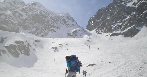 Ratownicy TOPR pomogli dwójce turystów, którzy w niedzielę wieczorem chcieli przejść przez przełęcz Zawrat w Tatrach. Zadzwonili do ratowników z informacją, że nie mogą kontynuować wycieczki, jest im zimno i proszą o pomoc.