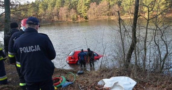 Są wyniki sekcji zwłok Roksany R. - mieszkanki Skarszew, która zaginęła 2 dni po swoim ślubie. Ciało 24-latki znajdowało się w aucie, które wyłowiono w sobotę z dna jeziora. Nie wiadomo, dlaczego samochód wpadł do wody. W sprawie tajemniczej śmierci prokuratura prowadzi śledztwo.