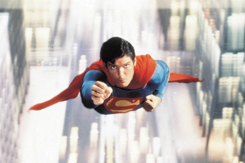 """10 grudnia 2018 roku minęło 40 lat, od kiedy odziany w czerwoną pelerynę Christopher Reeve pojawił się na ekranach kin. """"Superman"""" Richarda Donnera był pierwszą w historii wysokobudżetową adaptacją komiksu superbohaterskiego."""