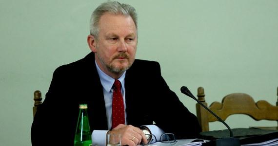 Nie może ruszyć proces w sprawie brutalnego pobicia byłego wiceszefa KNF Wojciecha Kwaśniaka - dowiedział się reporter RMF FM. Chodzi o postępowanie, które musi się rozpocząć od nowa, bo sędzia prowadząca pierwszy przewód sądowy poszła na zwolnienie, a wcześniej zwolniła z aresztu głównego podejrzanego.