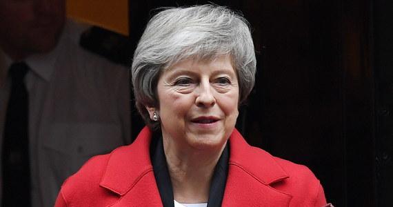 Brytyjska premier Theresa May ogłosiła, że planowane na wtorek głosowanie ws. przyjęcia umowy o warunkach wystąpienia Wielkiej Brytanii z Unii Europejskiej zostanie przesunięte. Jeszcze wcześniej rzecznik Theresy May zapewniał, że do głosowania dojdzie z planem.