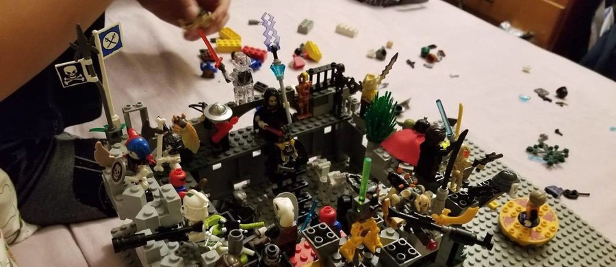 Internauci w całej Polsce próbują pomóc pani Jowicie – mamie syna z zespołem Aspergera. Chodzi o siatkę z klockami Lego, którą ktoś zabrał w piątek z klatki w bloku przy ul. Łużyckiej 65 w Krakowie.