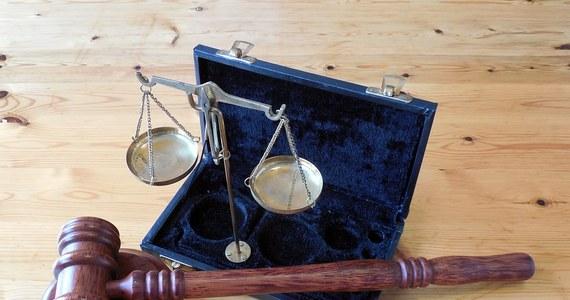 Irlandzki sąd zgodził się na skierowanie do Sądu Najwyższego apelacji w sprawie ekstradycji Polaka Artura C. Sąd oczekując rozstrzygnięcia, czy reforma systemu sprawiedliwości w Polsce może zagrażać jego prawu do uczciwego procesu.