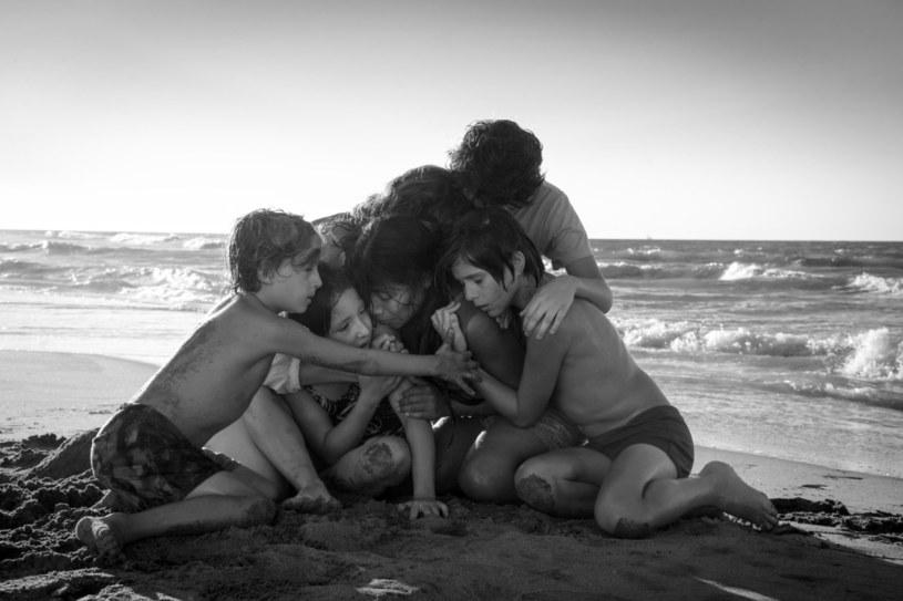 """Alfonso Cuarón wraca do korzeni. Porzuca kosmos i hollywoodzki rozmach po to, żeby zabrać nas do krainy swojego dzieciństwa. Nie spogląda jednak na te lata przez pryzmat nostalgii, marzeń i sentymentów. Widzi je oczami człowieka świadomego bolesnej historii własnej rodziny i kraju, przez te wydarzenia ukształtowanego. """"Roma"""" to prawdopodobnie najważniejszy film w dotychczasowej karierze urodzonego w Meksyku twórcy. Bez wątpienia najbardziej dojrzały i wyważony. Wizualnie olśniewający. Emocjonalnie przenikliwy i prawdziwy."""