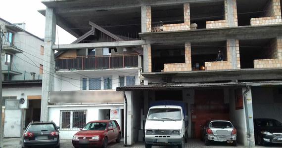 Urzędnicy wydali już dwie decyzje nakazujące rozbiórkę budynku przy ul. Centralnej 57 w Krakowie. Uznali bowiem, że to samowola budowlana. Problem w tym, że budowa, rozbudowa i przebudowa domku trwa w najlepsze.