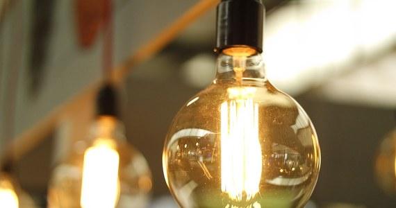 Małe i średnie firmy nie dostaną bezwarunkowych rekompensat za podwyżki cen prądu. Wbrew wcześniejszym komunikatom z Ministerstwa Energii te rekompensaty mają przysługiwać przedsiębiorcom tylko, jeśli otrzymane w ten sposób pieniądze przeznaczą na poprawę tak zwanej efektywności energetycznej. Jak ustalił nasz dziennikarz Krzysztof Berenda, tak wygląda ostatni projekt w tej sprawie.