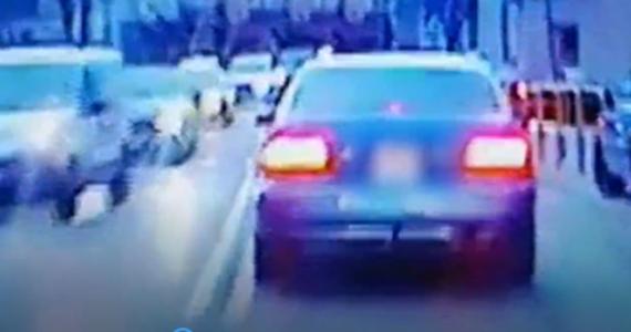 Najpierw nie zatrzymał się do kontroli, a chwilę później jechał w taki sposób, że pieszy musiał uciekać przed nadjeżdżającym autem. Mowa o 17-latku, który skradzioną toyotą szarżował po ulicach Elbląga.