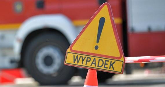 Autobus szkolny, który wiózł 26 dzieci ze Szkoły Podstawowej w Bukowie do Polanowa, uderzył w przydrożne drzewo. Jedna dziewczynka z raną głowy trafiła do szpitala w Koszalinie.