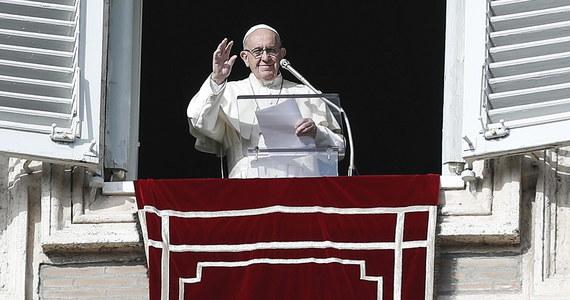 Papież Franciszek powiedział we wtorek, że dzieci czasem płaczą i krzyczą na jego widok, bo - jak wyjaśnił - białą sutanną przypomina im lekarza i kojarzy im się z zastrzykami. Mówił o tym w kazaniu w czasie mszy w Domu świętej Marty w Watykanie.