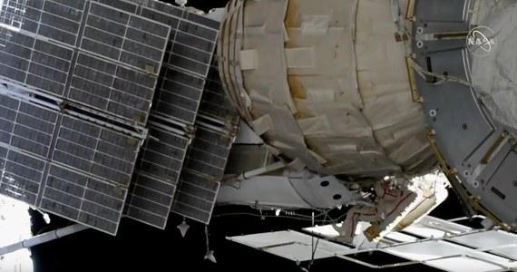 Rosyjscy kosmonauci Oleg Kononienko i Sergiej Prokopiev wyszli na zewnątrz Międzynarodowej Stacji Kosmicznej. Podczas spaceru mają do wykonania skomplikowaną i nadzwyczajną misję. Kononienko ma dotrzeć do pojazdu Sojuz MS-09, w którym - jak pamiętamy - w sierpniu wykryto mały otwór, przez który uciekało powietrze.