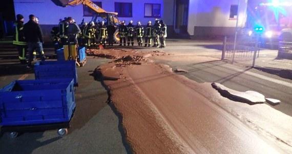 Tony mlecznej czekolady wypłynęły na ulice z fabryki w Westönnen w Niemczech.