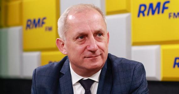 """""""Nikt nikogo nie zjada"""" – tak szef klubu PO Sławomir Neumann mówił o przejściu posłów Nowoczesnej do Platformy Obywatelskiej. """"Część polityków Nowoczesnej uznała, że głębsza integracja jest potrzebna"""" – dodał gość Porannej rozmowy w RMF FM. Przyznał, że """"jak połączyć potencjał Platformy i Nowoczesnej"""" było tematem wczorajszego spotkania szefów obu partii: Grzegorza Schetyny i Katarzyny Lubnauer."""