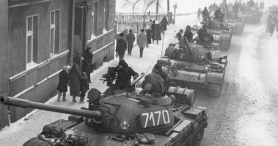 70 tysięcy żołnierzy Wojska Polskiego, 30 tysięcy funkcjonariuszy MSW, ponad 1700 czołgów, prawie 1,5 tysiąca wozów opancerzonych, do tego eskadry śmigłowców i samoloty transportowe. Takie siły zaangażowano do wprowadzenia w Polsce stanu wojennego. Wspominamy dziś wydarzenia sprzed dokładnie 35 lat. Dziennikarze RMF FM odwiedzają dziś miejsca, gdzie internowano działaczy opozycji, a także te, gdzie już od rana organizowano protesty.