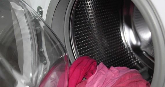 Pewien mężczyzna kupił nową pralkę i zapakował do bagażnika. Okazało się, że nie swojego auta. Właściciel samochodu, niczego nie świadomy, odjechał. O nietypowej sprawie zaginięcia nowej pralki informuje olsztyńska policja.