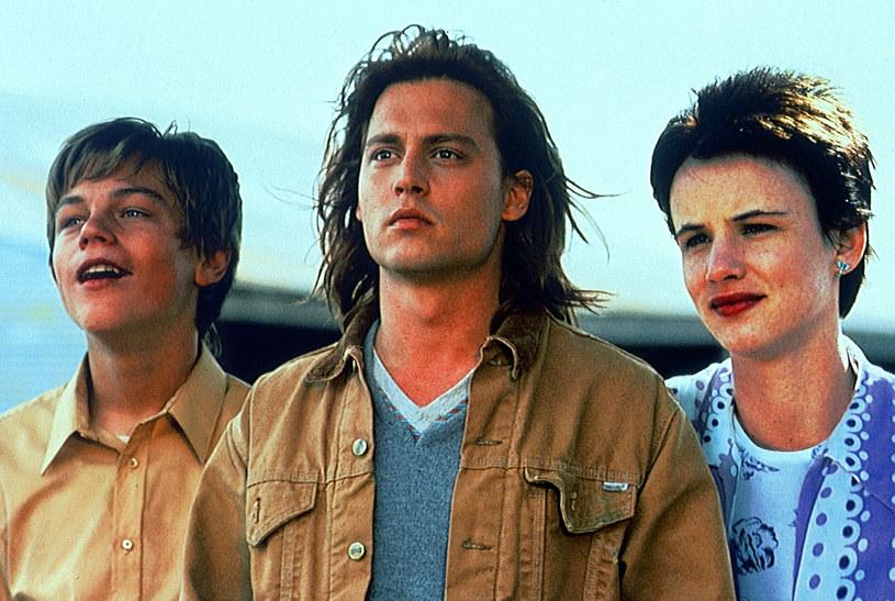 """Mający swą premierę w 1993 roku film ugruntował gwiazdorski status Johnny'ego Deppa oraz rozpoczął karierę Leonardo DiCaprio. Chociaż nie był kasowym sukcesem, dziś uchodzi za dzieło kultowe. 17 grudnia minie 25 lat od premiery """"Co gryzie Gilberta Grape'a"""" Lassego Hallströma."""
