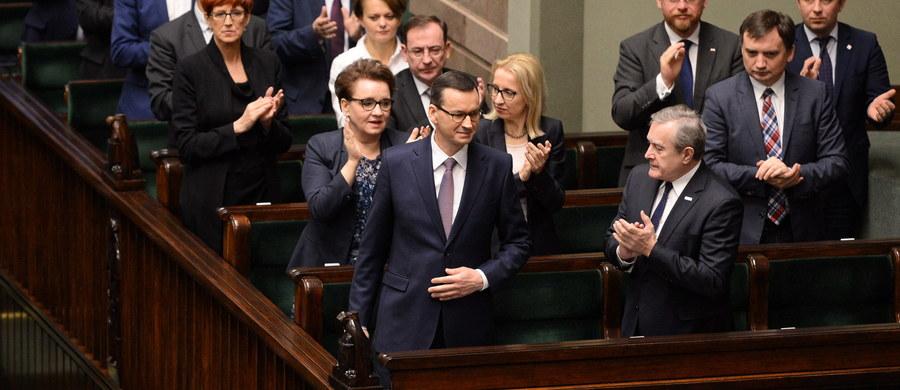 """Po trwającej kilka godzin debacie w Sejmie, rząd Mateusza Morawieckiego otrzymał wotum zaufania. Opozycja zarzucała Radzie Ministrów m.in. brak nadzoru nad KNF, fatalne przeprowadzenie reformy edukacji i wprowadzanie dodatkowych opłat i podatków. Morawiecki twierdził, że w kraju jest wprowadzana """"dobra zmiana"""", ale ze wsparcie opozycji mogłaby to być """"wspaniała zmiana""""."""