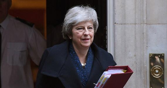 Theresa May zwyciężyła w głosowaniu nad wotum nieufności wśród posłów rządzącej Partii Konserwatywnej. Eksperci wcześniej spodziewali się zwycięstwa szefowej rządu, której wynik głosowania pozwoli zachować stanowisko.  Sojusznicy szefowej rządu zgromadzili 200 głosów przy zaledwie 117 posłach, którzy domagali się jej rezygnacji.
