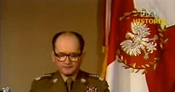 """37 lat temu, 13 grudnia 1981 roku o godz. 6 rano, Polskie Radio nadało wystąpienie gen. Wojciecha Jaruzelskiego. To była niedziela. Generał poinformował o ukonstytuowaniu się Wojskowej Rady Ocalenia Narodowego (WRON) i wprowadzeniu na mocy dekretu Rady Państwa stanu wojennego na terenie całego kraju. Władze komunistyczne jeszcze 12 grudnia przed północą rozpoczęły zatrzymywanie działaczy opozycji i """"Solidarności""""."""