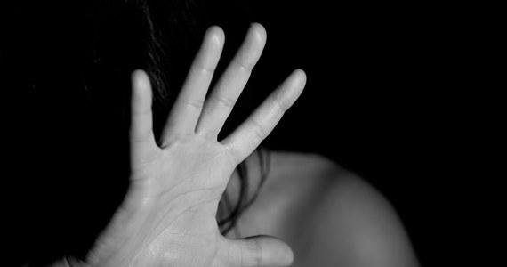 """Rejestr sprawców przestępstw seksualnych szwankuje. Niemal przy jednej czwartej skazanych, których dane figurują w rejestrze, brak jest informacji o tym, gdzie aktualnie mieszkają - donosi """"Rzeczpospolita""""."""