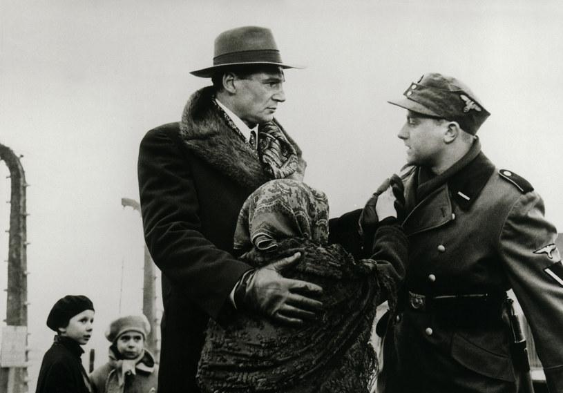 """""""Lista Schindlera"""" uchodzi za jeden z najważniejszych filmów w historii amerykańskiej kinematografii. Stevenowi Spielbergowi przyniosła dwa Oscary - za film (Spielberg był jednym z producentów) i reżyserię. Niektórzy krytycy uznali, że po jego dziele nie powinien powstać już ani jeden nowy film o Holocauście, ponieważ żaden nie będzie równie przejmujący. 15 grudnia 2018 roku film Spielberga będzie obchodził dwudziestopięciolecie swej światowej premiery."""