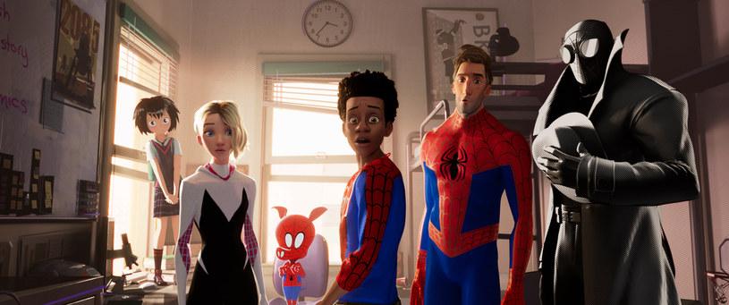 """""""Spider-Mana Uniwersum"""" to jedna z największych filmowych niespodzianek tego roku. Animacja zadebiutuje na ekranach polskich kin 25 grudnia, ale produkcję można wcześniej zobaczyć na specjalnych pokazach przedpremierowych w sieci Cinema City."""