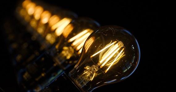 W rządzie pojawił się nowy pomysł rozwiązania problemu drożejącego prądu. Po serii sprzecznych ze sobą wypowiedzi ministra energii Krzysztofa Tchórzewskiego politycy razem z energetykami wymyślili nowy, najprostszy ze wszystkich sposób sprawienia, by nasze rachunki nie wzrosły. Jak ustalili nieoficjalnie dziennikarze RMF FM, pomysł polega na tym, by obniżyć akcyzę na energię.