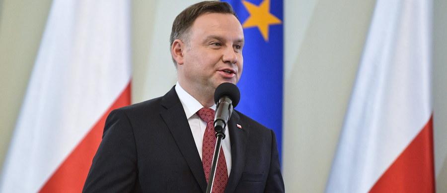Nie zgodzimy się na relatywizację stanu wojennego; tamto zło musi zostać usunięte i zadeptane - podkreślił prezydent Andrzej Duda, który w czwartek w Warszawie wręczył odznaczenia dla byłych działaczy opozycji antykomunistycznej.