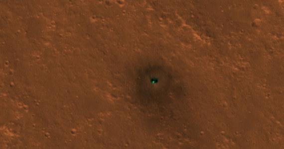 NASA opublikowała kolejne zdjęcia lądownika InSight na powierzchni Czerwonej Planety. Tym razem widać na nich nie tylko samą sondę, ale i elementy, które odrzuciła w miarę procedury lądowania, osłonę termiczną i spadochron. Wykonała je 6 i 11 grudnia z orbity Marsa, z pomocą kamery HiRISE, sonda Mars Reconnaissance Orbiter.