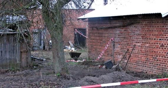 Zarzut zabójstwa usłyszała 27-letnia kobieta z Ciecierzyna na Opolszczyźnie. Miała udusić w reklamówce nowo narodzoną córkę. To najnowsze ustalenia naszego reportera dotyczące rodzinnego dramatu. Sąd aresztował ją na trzy miesiące. Wczoraj na terenie jednej z posesji we wsi Ciecierzyn pod Byczyną w powiecie kluczborskim na Opolszczyźnie znaleziono zwłoki 4 noworodków. Przez cały dzień policja przeszukiwała teren wokół domu.