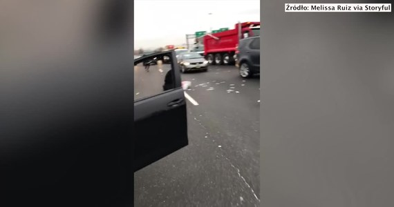 Na autostradzie East Rutherford w New Jersey doszło do awarii drzwi opancerzonej ciężarówki z firmy Brinks. W rezultacie z pojazdu wyleciały setki banknotów. Na drodze zapanował chaos, ponieważ kierowcy wychodzili ze swoich samochodów i zbierali pieniądze. To doprowadziło do kilku kolizji.