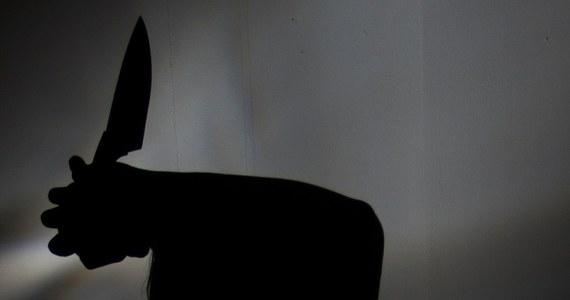Sąd Okręgowy w Tarnobrzegu umorzył śledztwo ws. nożownika ze Stalowej Woli i zdecydował o umieszczeniu go w zakładzie psychiatrycznym. Konrad K. w październiku 2017 roku ranił nożem w galerii handlowej 9 osób, z których jedna zmarła. Według biegłych, mężczyzna jest niepoczytalny.