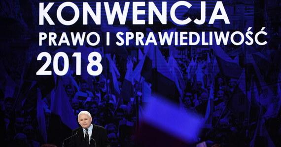 """Jako """"słabe"""" określił szef klubu PO-KO Sławomir Neumann sobotnie wystąpienia premiera Mateusza Morawieckiego i prezesa PiS Jarosława Kaczyńskiego podczas konwencji PiS. Widać było prawdziwy zjazd PiS – zjazd po równi pochyłej – powiedział Neumann. Przekaz konwencji PiS był pusty i obły, był to obraz trwania i potykania się ekipy rządzącej o własne nogi; rządzący postanowili przykryć pięknymi dekoracjami i pustosłowiem to, że są jak samochód, który wpadł w błoto i buksuje w miejscu – uważa z kolei liderka Nowoczesnej Katarzyna Lubnauer."""