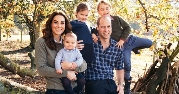 Nie tacy znowu książęcy. Brytyjskie media publikują świąteczne zdjęcie wnuka królowej, księcia Williama z rodziną, zauważając że strojem nie różnią się specjalnie od zwykłych Brytyjczyków.