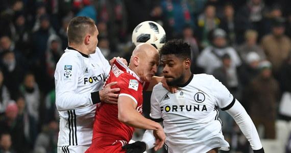 Wicelider piłkarskiej ekstraklasy Legia Warszawa traci już tylko dwa punkty do prowadzącej w tabeli Lechii Gdańsk. W sobotę mistrz Polski pokonał u siebie zajmującego czwartą pozycję Piasta Gliwice 2:0 w 19. kolejce. Lider zagra w poniedziałek z Miedzią Legnica.