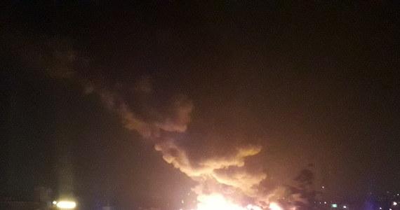 37 zastępów straży pożarnej gasi pożar hali magazynowej we Wrocławiu przy ul. Szczecińskiej, w której znajduje się sortownia plastików. Dwie osoby zostały ranne - to druhowie ochotniczej straży pożarnej, którzy brali udział w akcji.